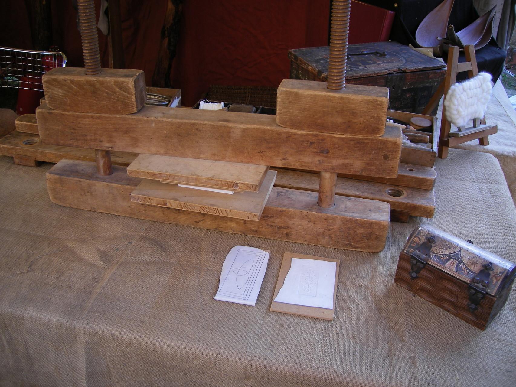 Die Holzpresse Buchrose Glasfedern