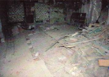 Kirchenboden voll mit Trümmern