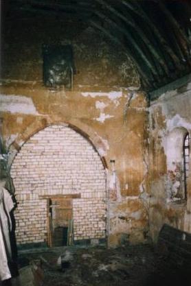 Kircheninneres: Mauerschäden durch Feuchtigkeit