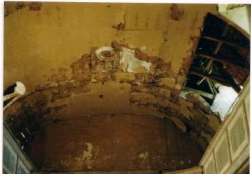 Kircheninneres: Schäden an der Decke