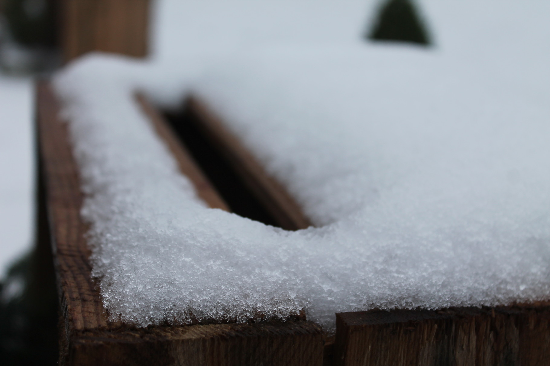 Schnee-Deko auf Holzkiste