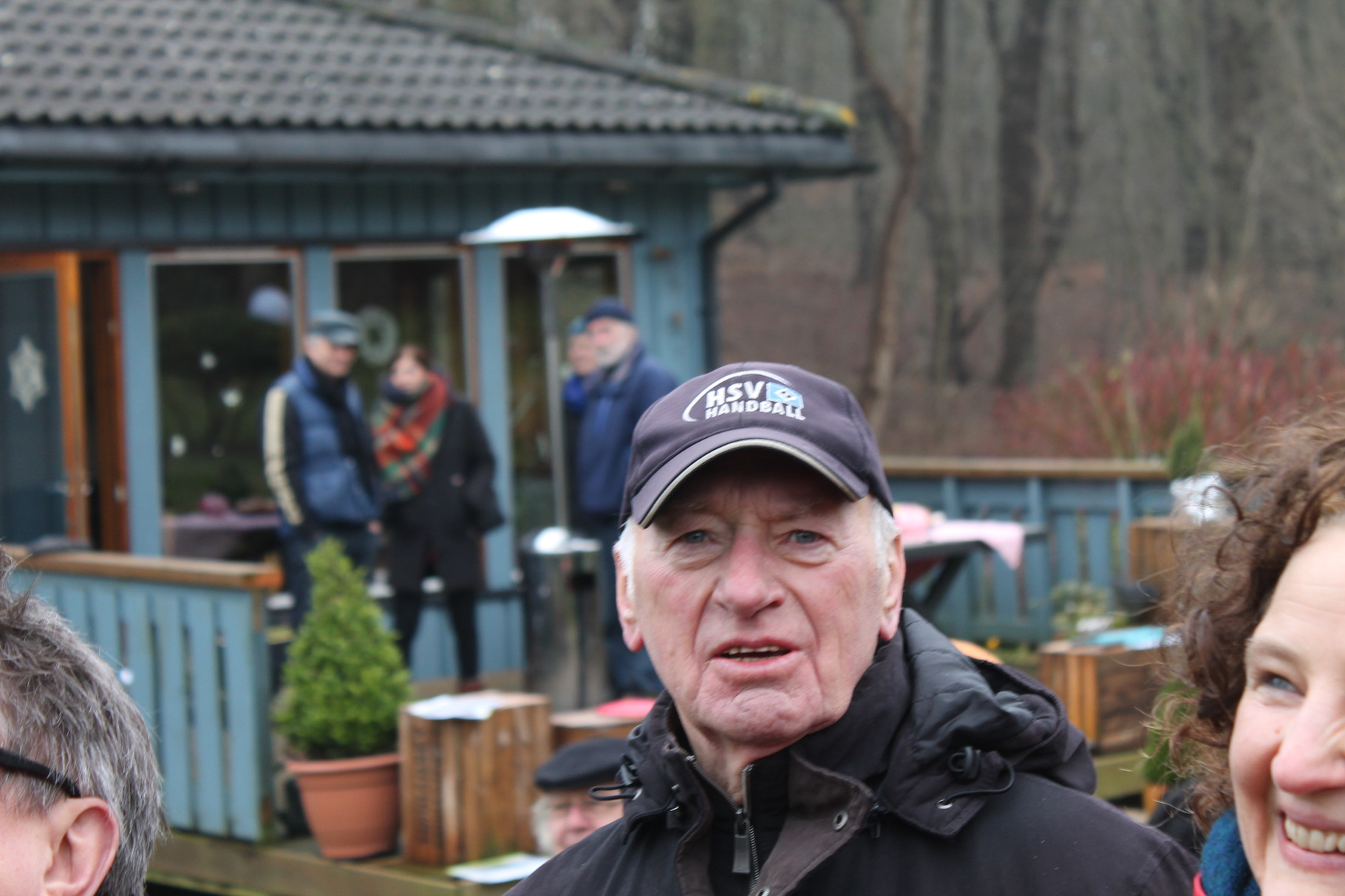 Gartenfreunde staunen und freuen sich über die Hilfestellungen zum Baumschnitt