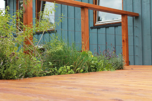 Das Hochbeet wird auf der Holz-Terrasse zum normalen Beet