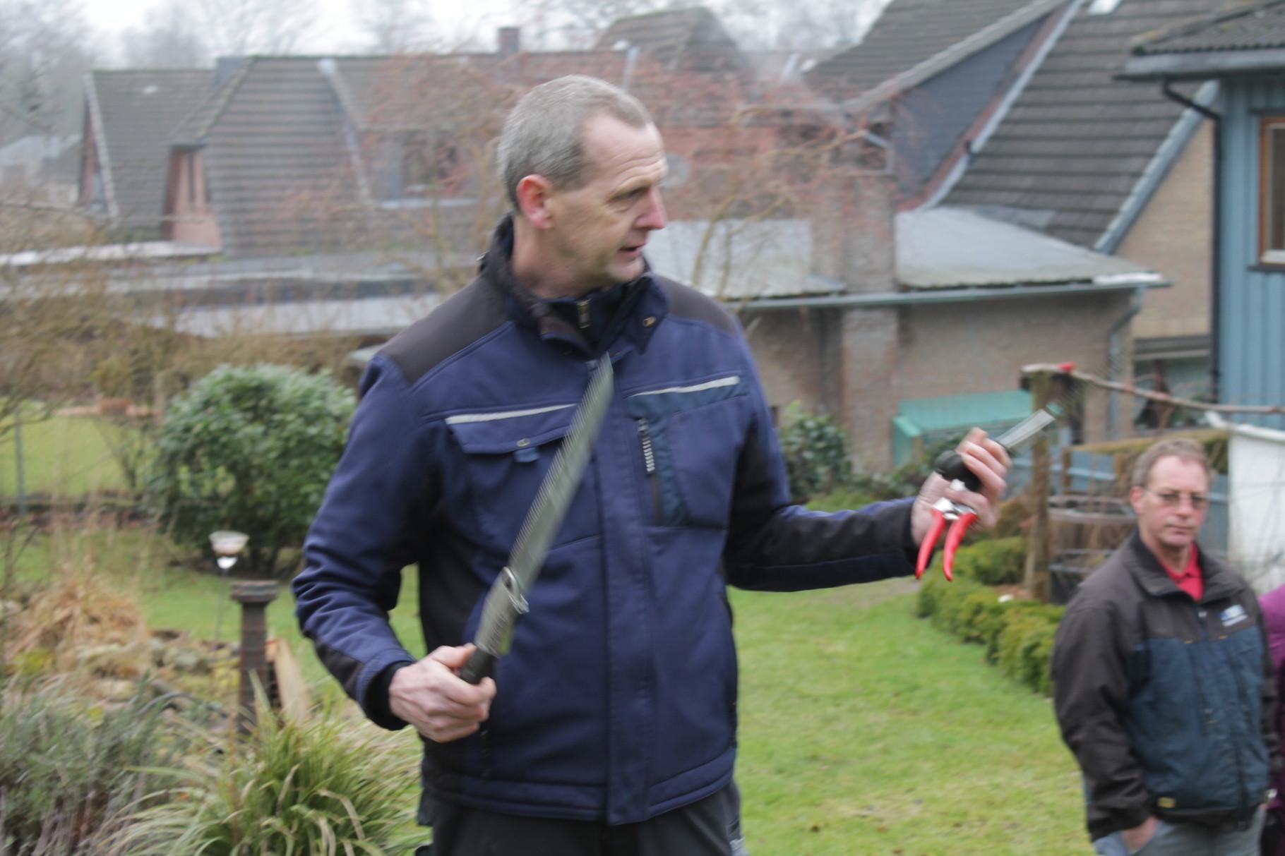 Im HangGarten zeigt Torsten Hennings, Inhaber der Gärtnerei Hennings und Garten- und Landschaftsbau Hennings, Vierhusen, zwei wichtige Werkzeuge