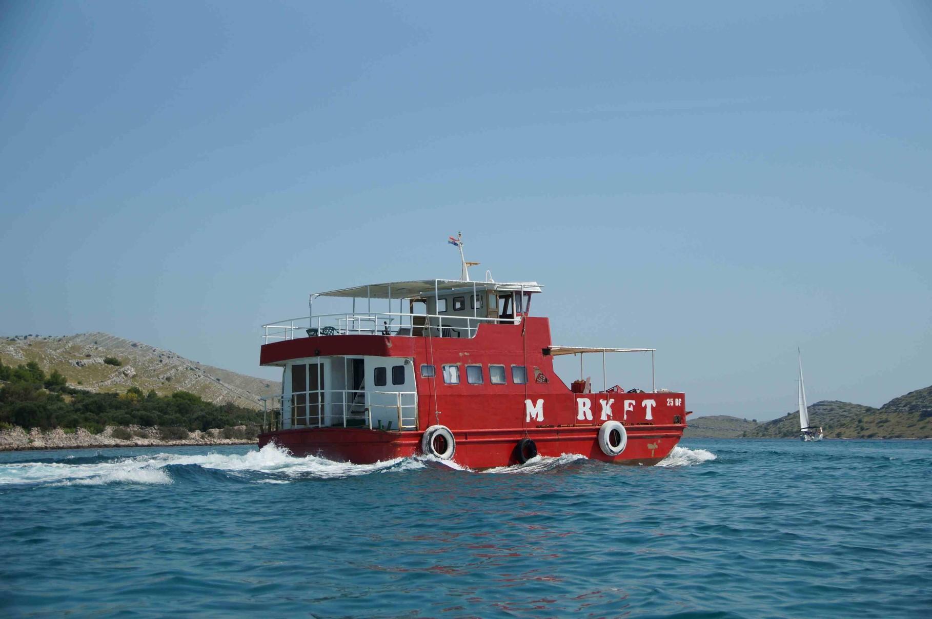 Supermarkt auf Kroatisch! Per Boot werden die vielen kleinen Kornaten-Inseln mit Lebensmitteln beliefert!