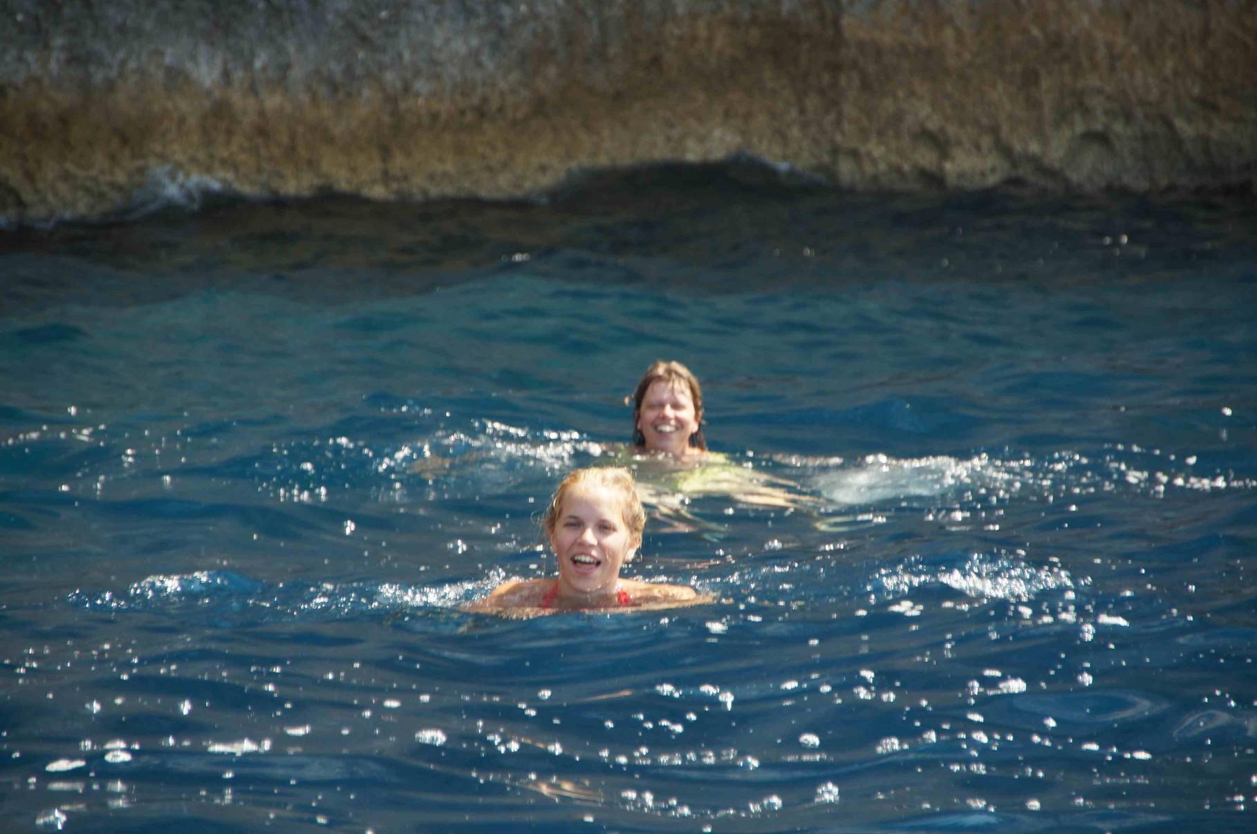 Chefin und Julia schwimmen im Meer!