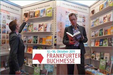 Buchmesse 2011, interessierte Leserin des Romans Im Schatten der Stille