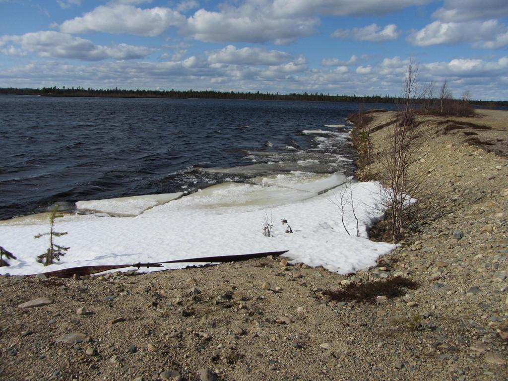 Eis und Schnee am Rand des Sees