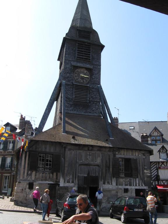 der Glockenturm steht gegenüber der Kirche