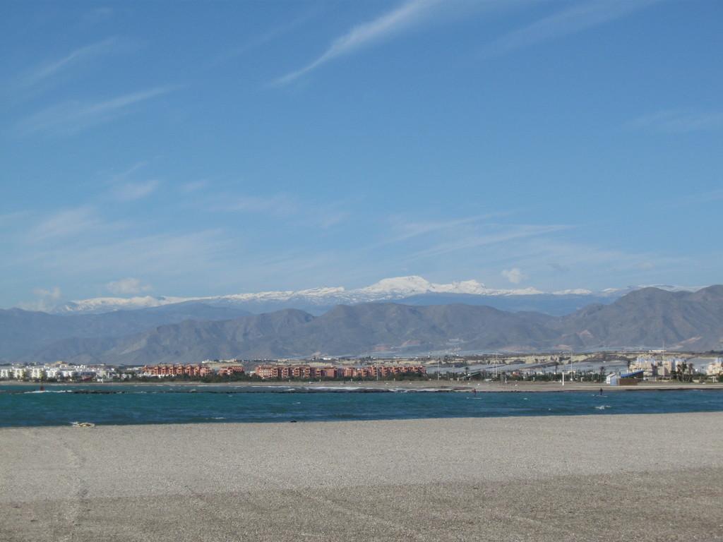 Strand in Almerimar und Gipfel der Sierra Nevada am Nachmittag