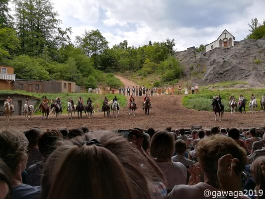 mit jeder Menge Action und vielen Pferden