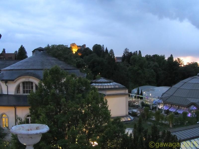 Blick von meinem Balkon zur Burg Baden und Cassiopeia Therme