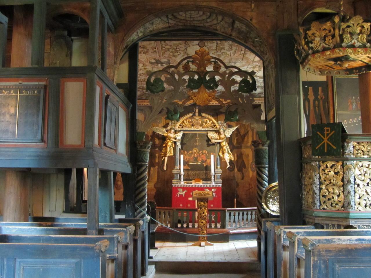 Innenansichten der Stabkirche Lom