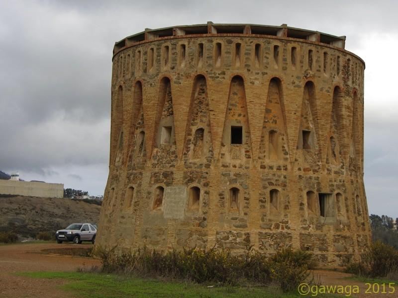 einer der sieben Türme aus dem 19. Jahrhundert auf den Hügeln im Hinterland nach Marokko hin