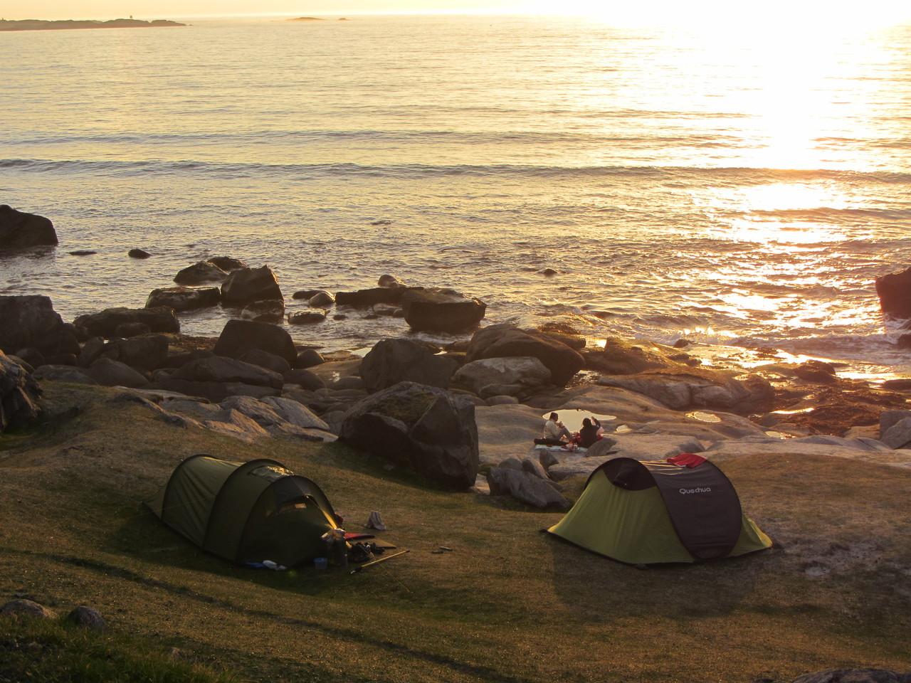unter uns mehrere Zelte am Strand