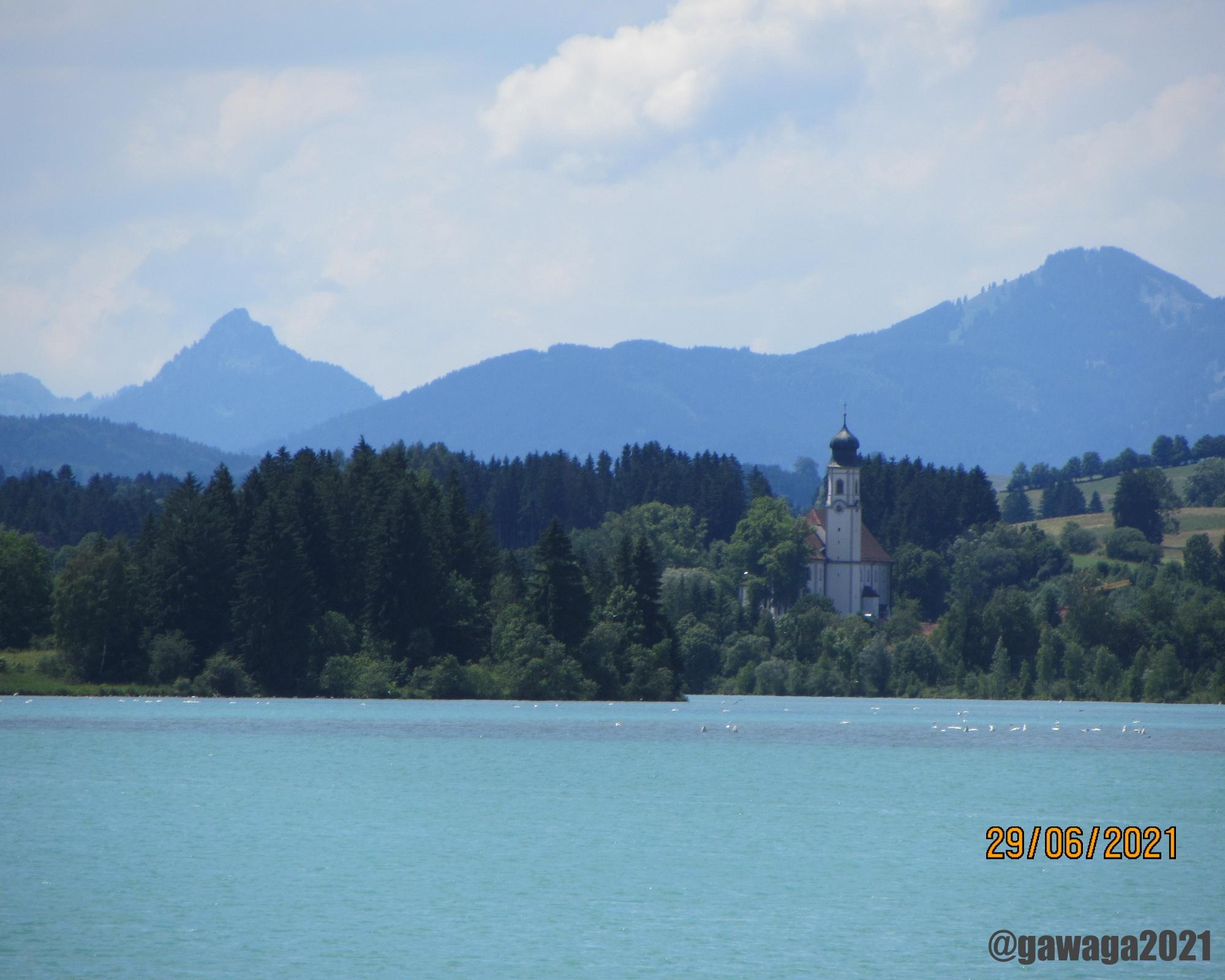 See und Ort im Hintergrund