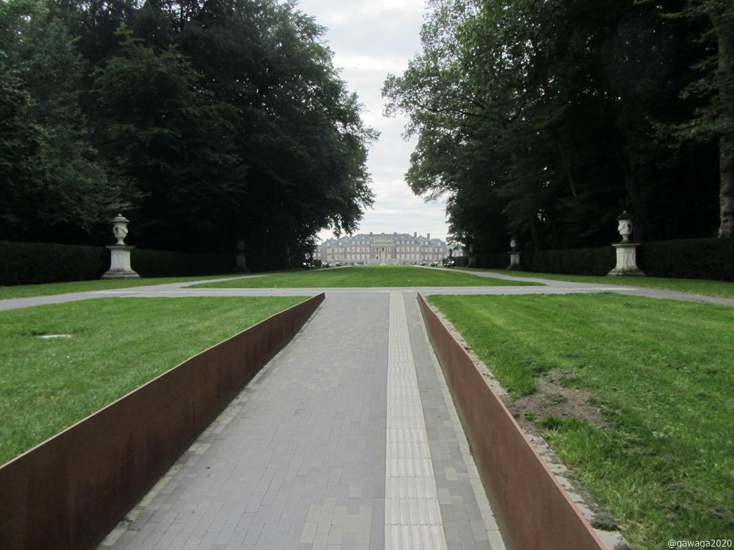 schnurgerade der Weg zum Schloss