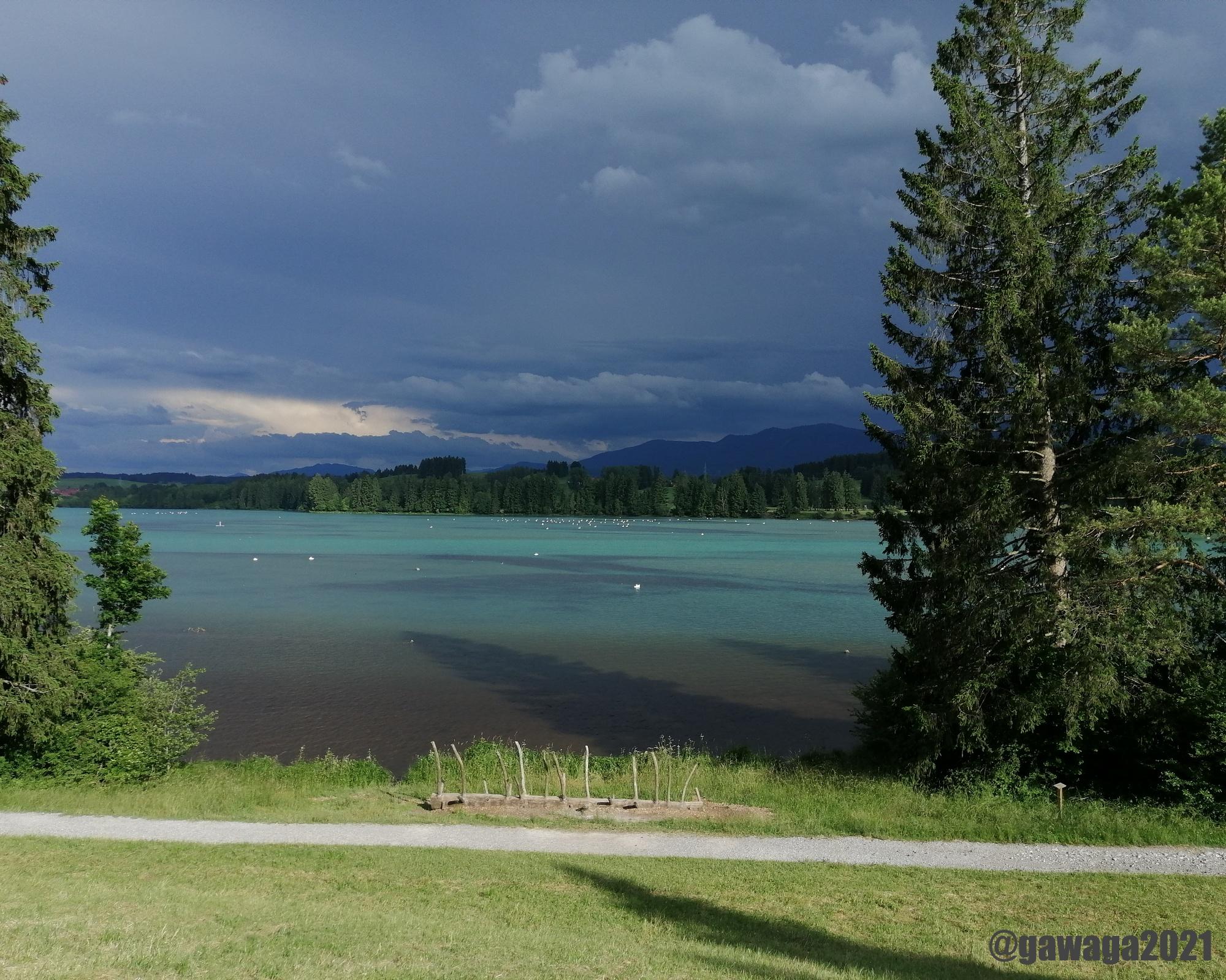 dunkle Wolken über dem See