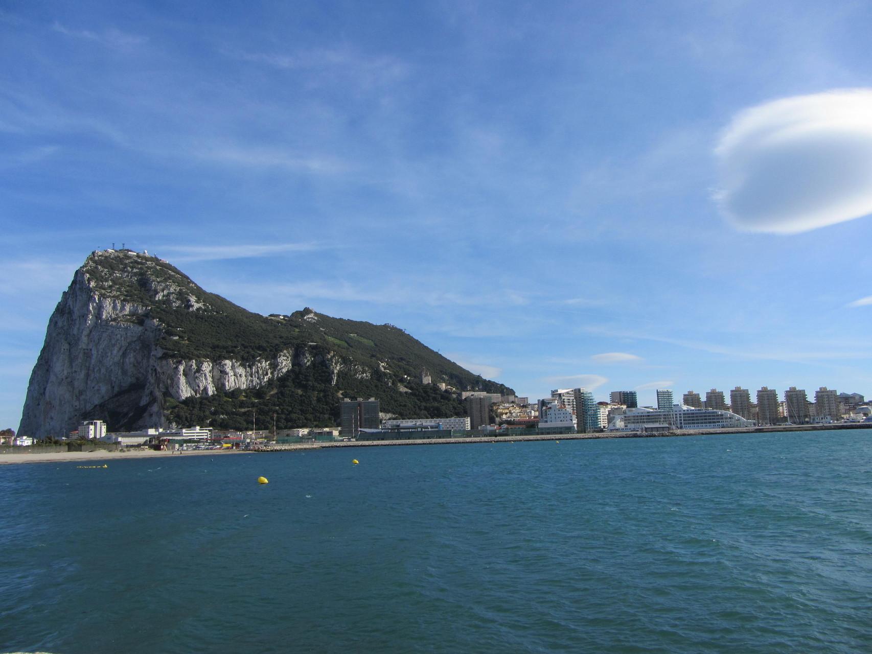 Blick vom Stellplatz in La Línea de la Concepción nach Gibraltar