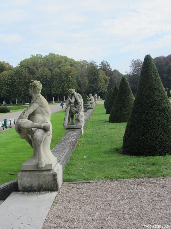 mit Statuen