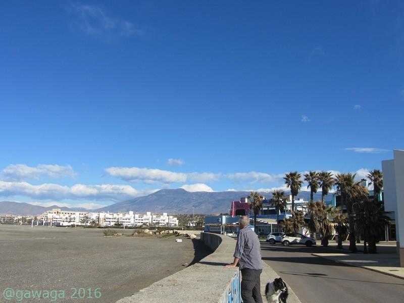 mit Blick in die verschneite Sierra Nevada