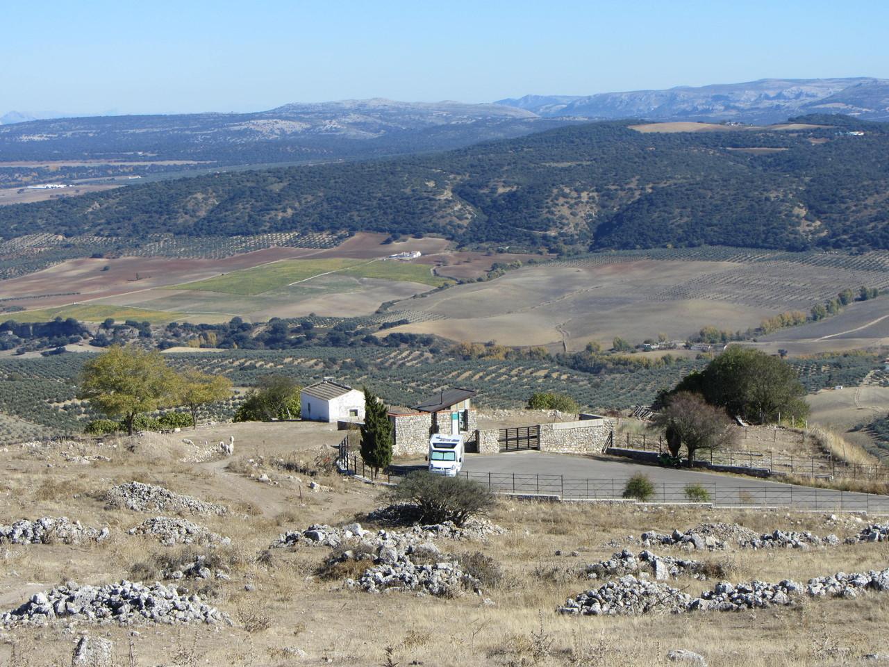 Blick zum Eingang der Ausgrabungen und in die herrliche Berwelt um Ronda
