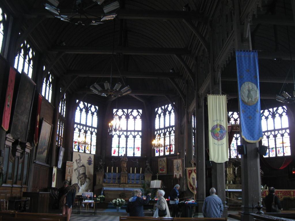 Innenraum der Kirche komplett aus Holz