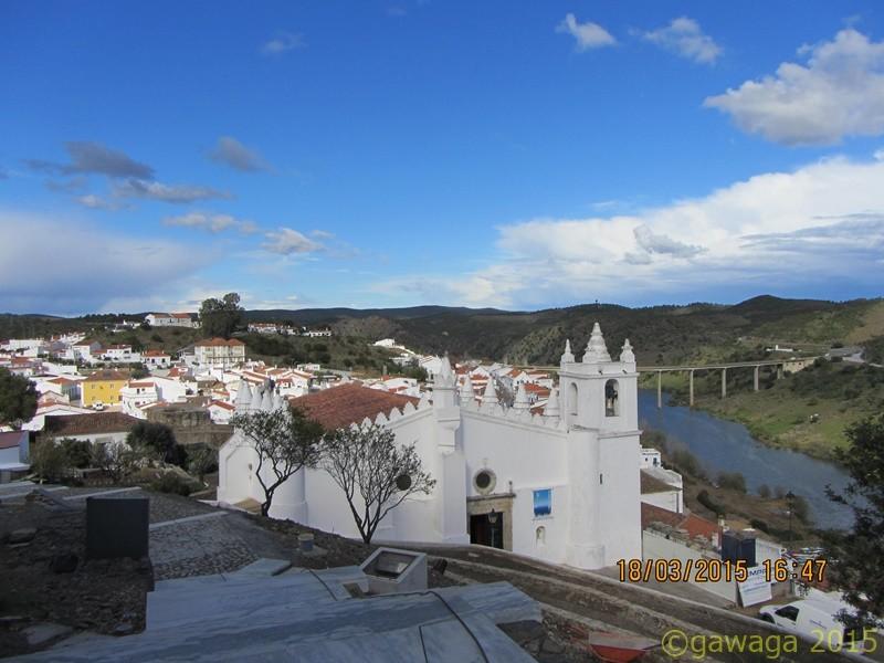 die Kirche unterhalb der Burg