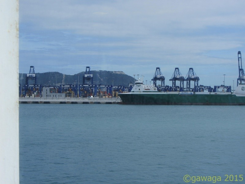 vorbei an riesigen Containerschiffen