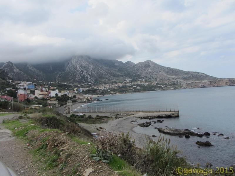 hier verläuft die Grenze bis ins Meer, im Hintergrund marokkanische Dörfer