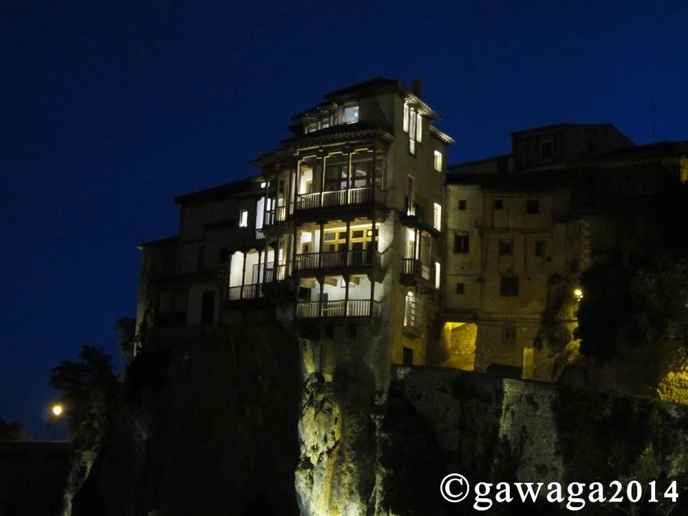 hängende Häuser bei Nacht