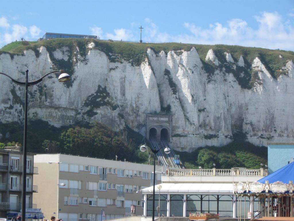 der Funiculaire vom Strand aus gesehen