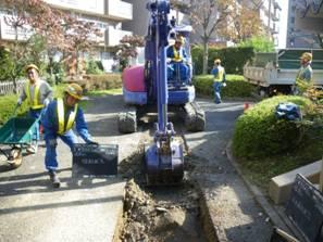 道路面の掘削作業