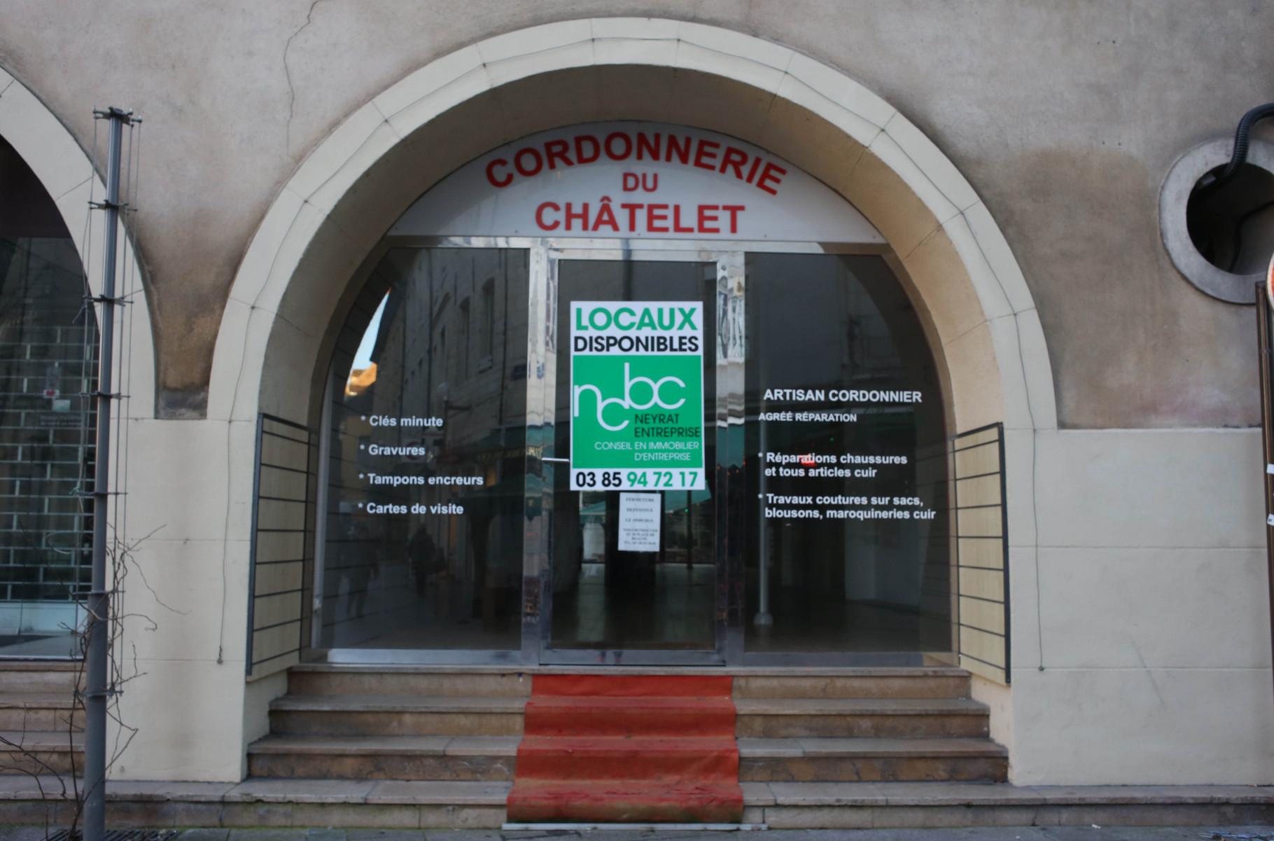 Place du Châtelet - Propriétaires : Cordonnerie Michel, 18 place de Beaune, 03 85 93 20 01
