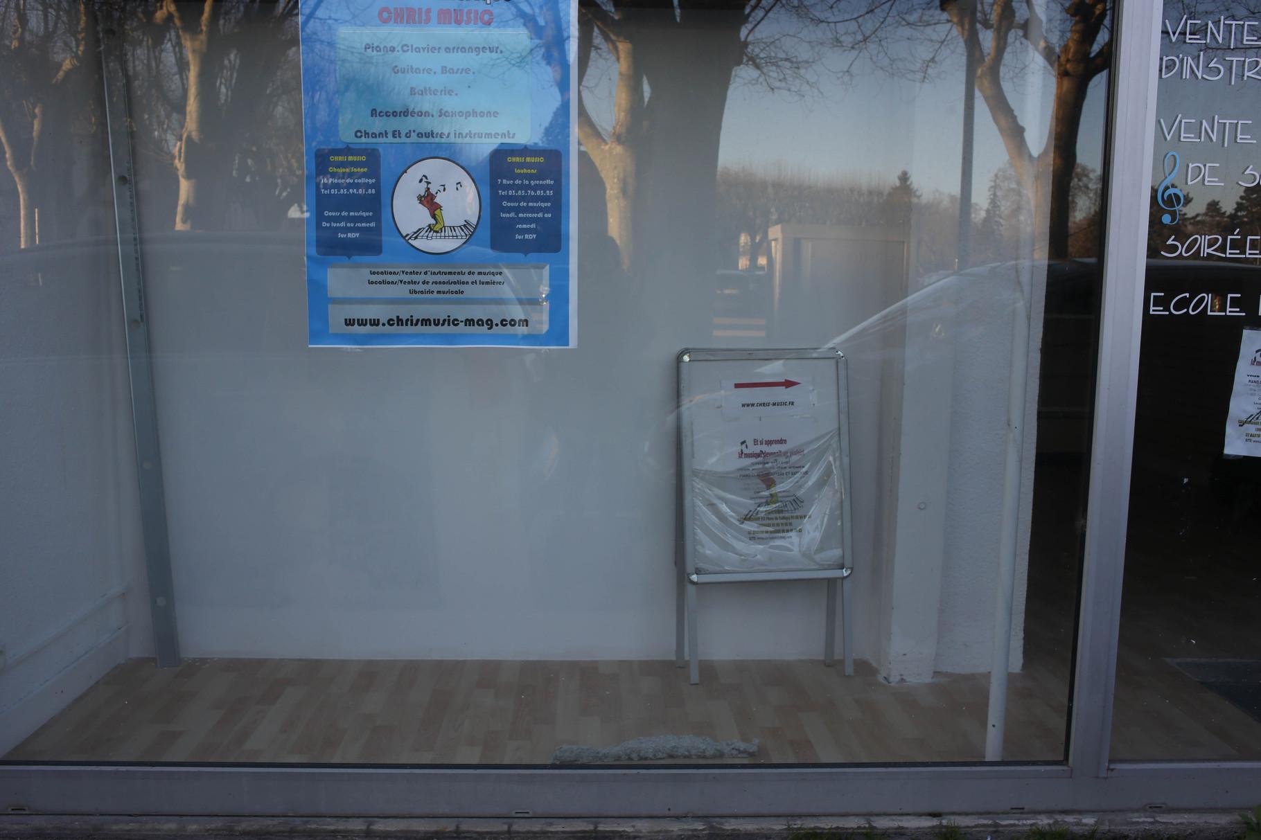 12 rue de la Trémouille - Place devant la vitrine sur le lino, le lieu paraît en travaux et partiellement utilisé.