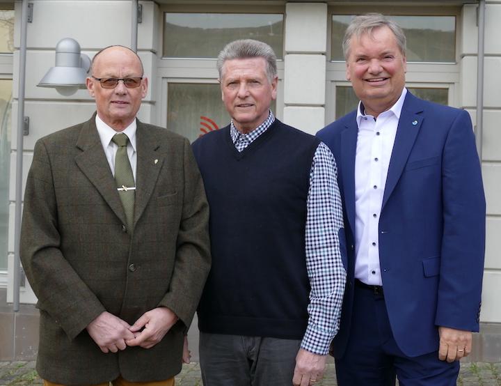 Günter Pertz (Mitte) erlangte zum 30. Mal das Deutsche Sportabzeichen. Ihm gratulieren Hans-Willi Korf (links) und Karsten Fehr (rechts)