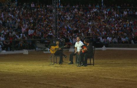 vlnr.: Bino Dola (Gitarre), Luque (Cajón), Franco Carmine (Gitarre) auf der Appasionata in der Arena Schloss Kaltenberg im Juli 2006 (vor ca. 10.000 Zuschauern)