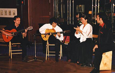 vlnr.: Tillmann Baeumer (Gitarre), Bino Dola (Gitarre), Silvia Martin Díaz (Tanz), Andrea Pietro (Cajón) live auf der MS-Arkona im April 2001 irgendwo auf dem Atlantik