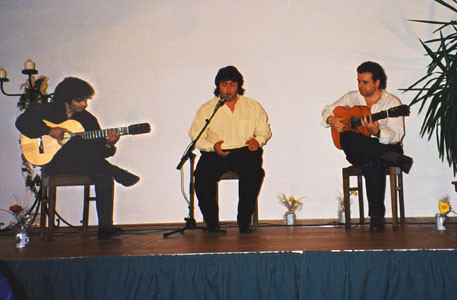 vlnr.: Bino Dola (Gitarre), Mariano Romero (Gesang), El Macareno (Gitarre) live in Burbach im März 1999