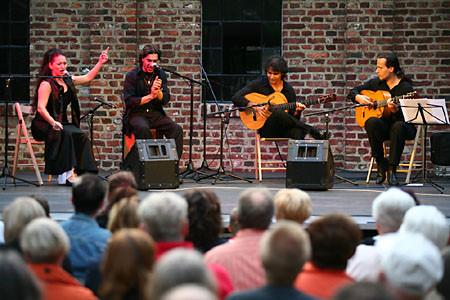 vlnr.: Lidia Cortés (Tanz/Gesang), Gonzalo Cortés (Cajón/Gesang), Bino Dola (Gitarre), Franco Carmine (Gitarre) live in Hagen im Juli 2007