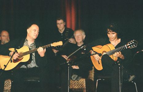 Peter Finger (links), Bino Dola (rechts), Luna Blanca (im Hintergrund) live in Bocholt im Oktober 2005