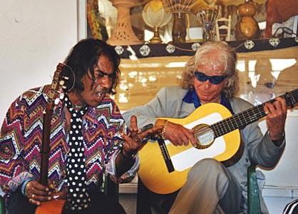 Am Nachmittag in einem der vielen Cafés: Manitas de Plata (rechts)