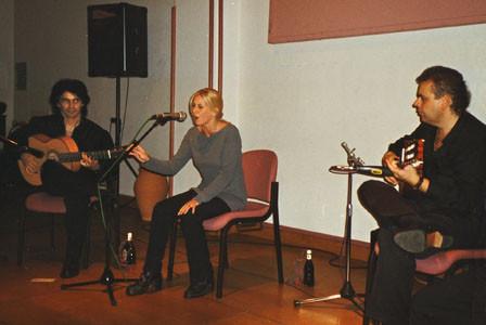 vlnr.: Bino Dola (Gitarre), Gema Gutierrez (Gesang), El Macareno (Gitarre) live in Edenkoben im Juli 1999