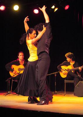 vlnr.: Franco Carmine (Gitarre), Maite Trivino Galarrage (Tanz), Carlos López Berzosa (Tanz), Bino Dola (Gitarre) live in Brühl im Mai 2005