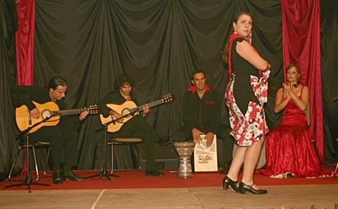 vlnr.: Franco Carmine (Gitarre), Bino Dola (Gitarre), Andrea Pietro (Cajón), Mayte Pérez Lorenzo (Tanz), La Cati (Tanz) live in Halle/Westf. im September 2005