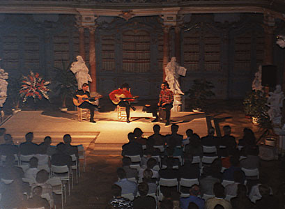 vlnr.: Andreas Naefe (Gitarre), Bino Dola (Gitarre),  Andrea Pietro (Cajón) live im Bibliothekssaal Bad Schussenried im September 1999