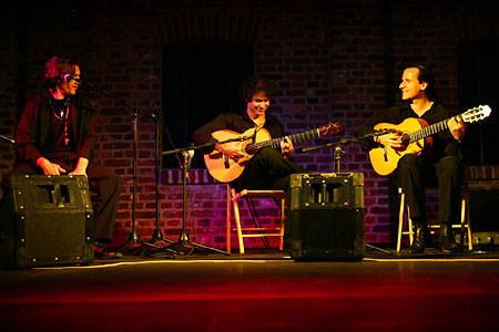 vlnr.: Gonzalo Cortés (Cajón/Gesang), Bino Dola (Gitarre), Franco Carmine (Gitarre) live in Hagen im Juli 2007