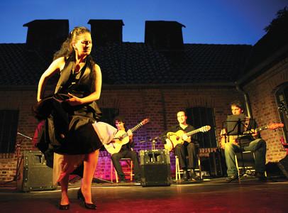 vlnr.: Lidia Cortés (Tanz/Gesang), Bino Dola (Gitarre), Franco Carmine (Gitarre), Matthias Gräb (Bass) live in Hagen im Juli 2007