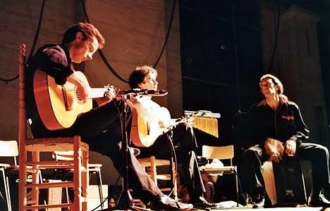 vlnr.: Tillmann Baeumer (Gitarre), Bino Dola (Gitarre), Andrea Pietro (Cajón) live in der Kokerei Hansa in Dortmund im Mai 2001