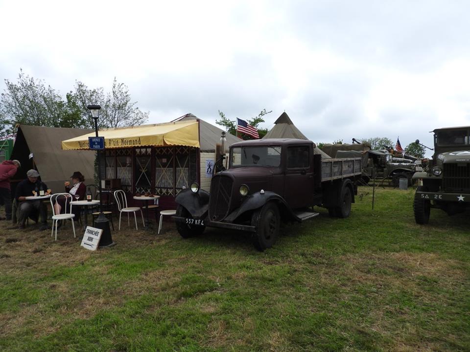 Le Bistrot, la pompe à essence et le splendide U23 de Normandy Retro Prestige.